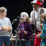 Kinder beim Nachmittagsprogramm auf der Bühne