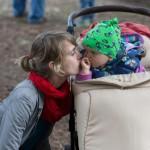 Mutter mit Kind im Sportwagen