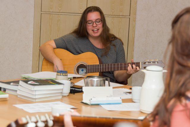 Linda spielt Gitarre beim Gitarrenwochenende