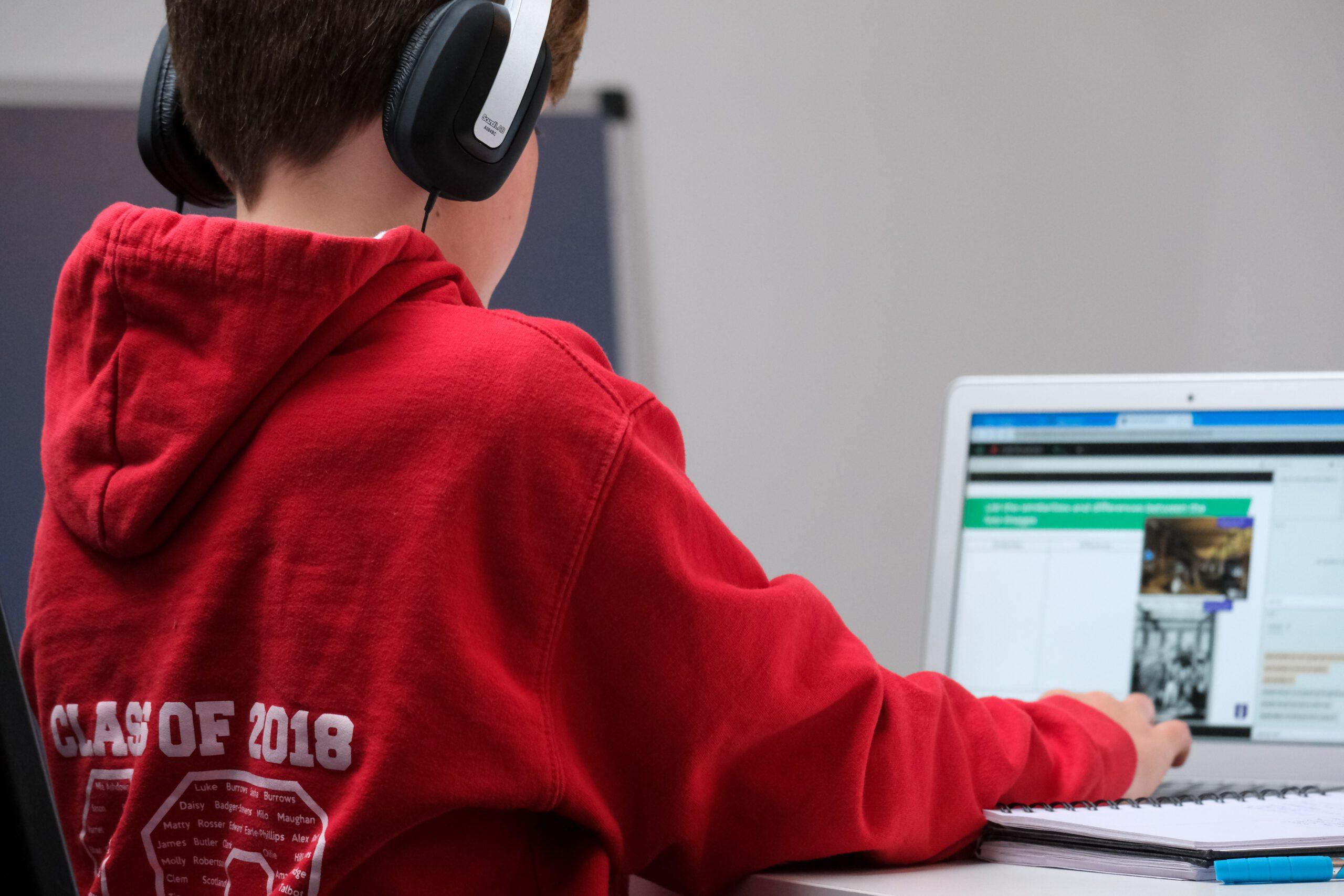 Schüler sitzt vor einem PC