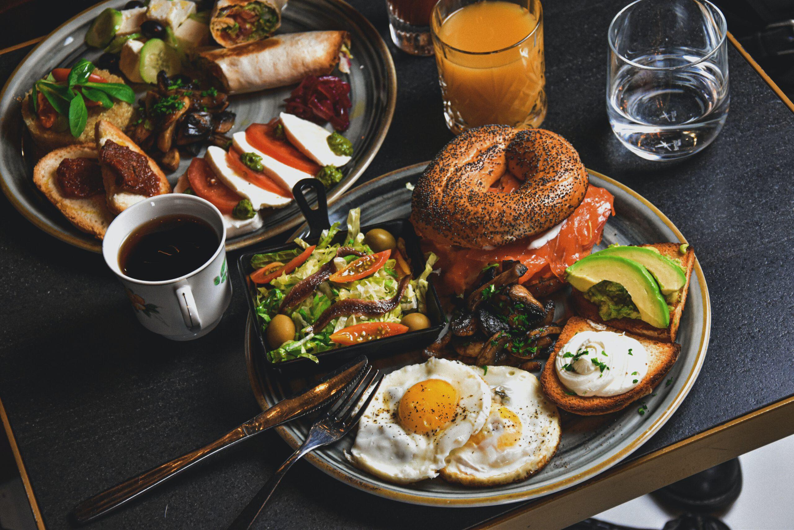 Kaffee, Brötchen, Orangensaft und Eier